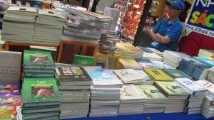 Ở Chợ Sách Mạc Thị Bưởi, Đường hoa Nguyễn Huệ. Gian hàng bày sách Đỗ Hồng Ngọc.